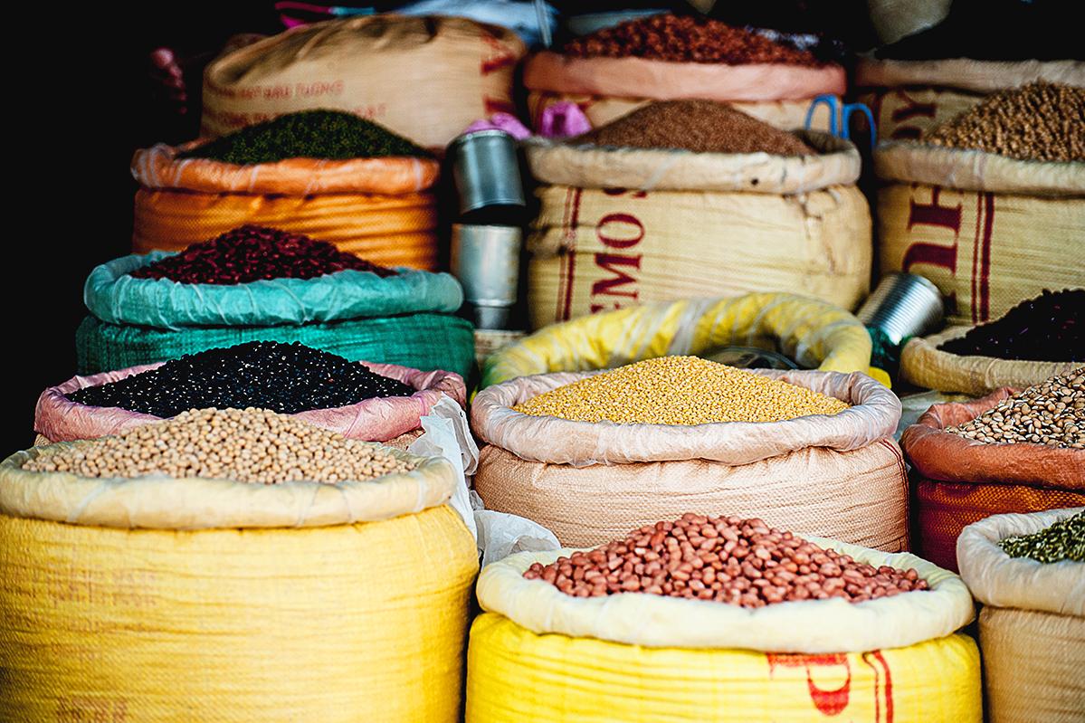 麻袋に詰めて並べられたコーヒー生豆