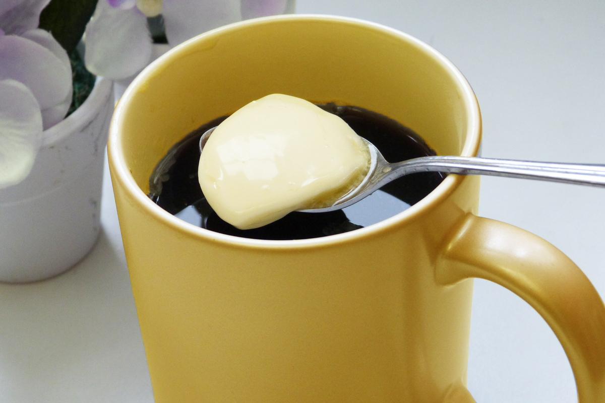 コーヒーとスプーンに乗ったバター
