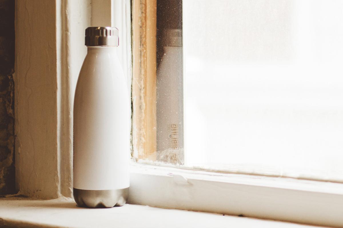 窓際に置かれた水筒