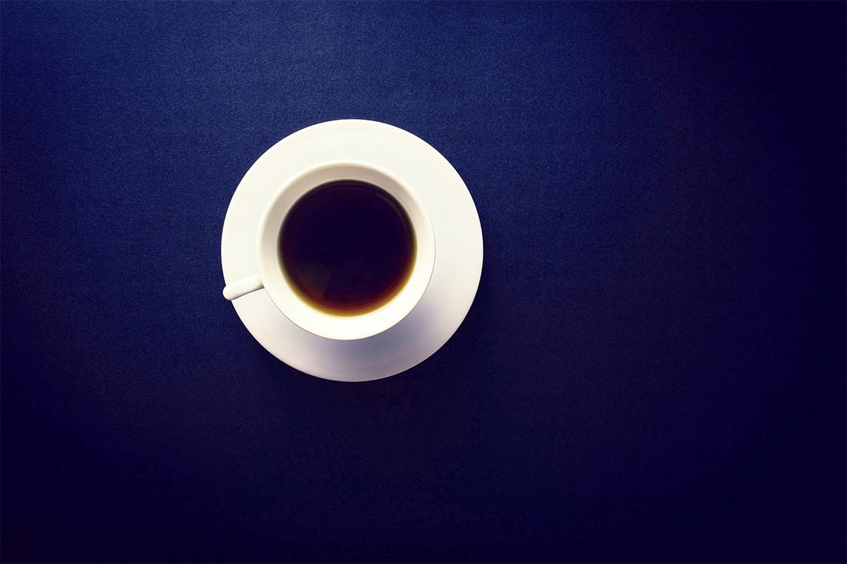 青いテーブルに乗ったコーヒー