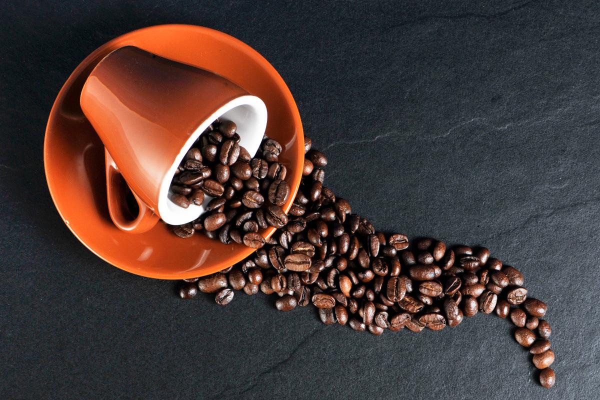 コーヒーカップからこぼれたコーヒー豆