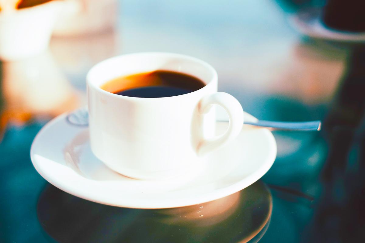 コーヒーが入った白いコーヒーカップ