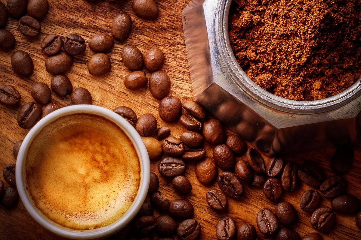 カップに入ったコーヒーとコーヒー粉