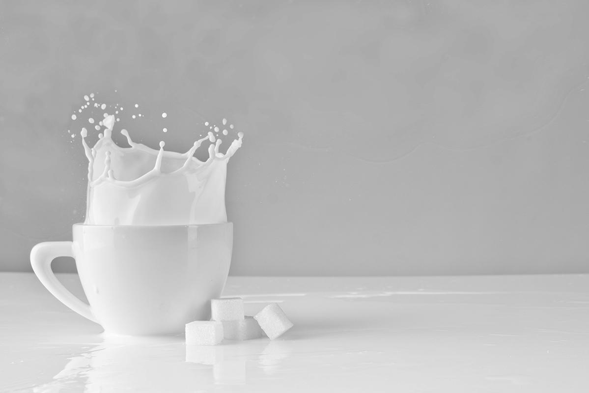白いカップに入った牛乳