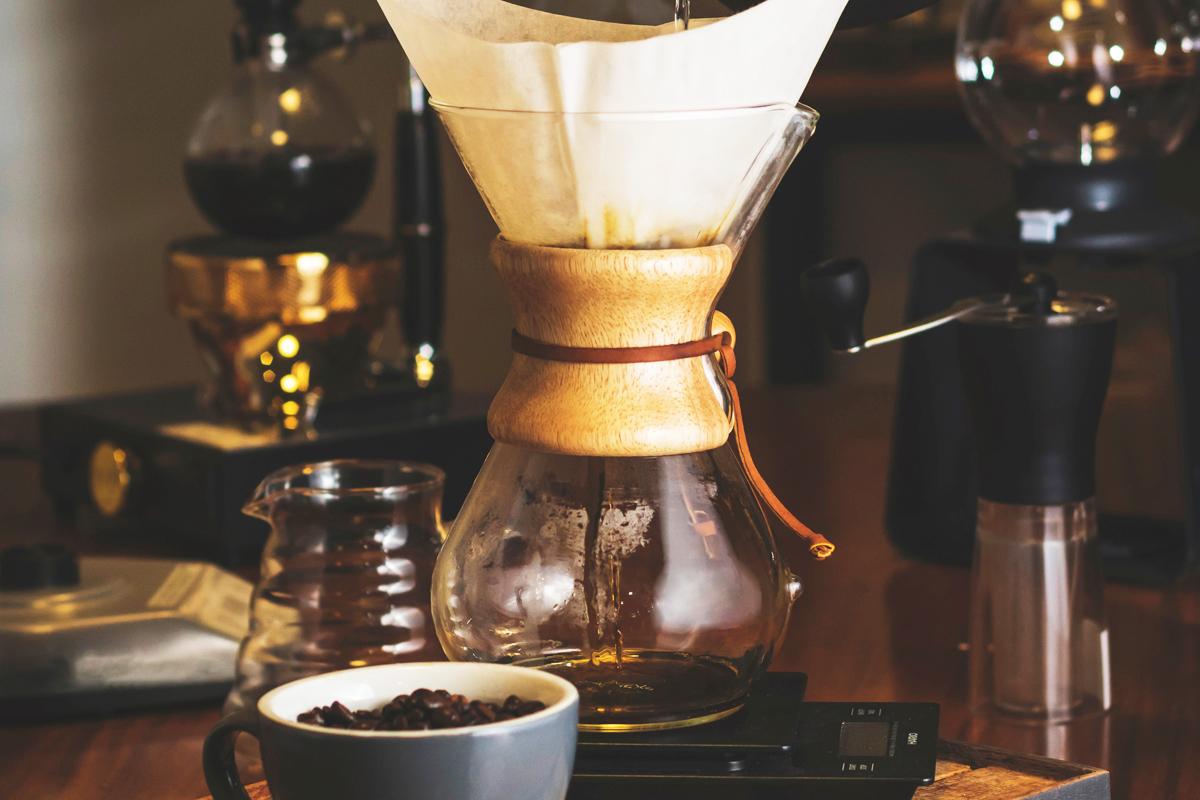机に並んだコーヒー用品