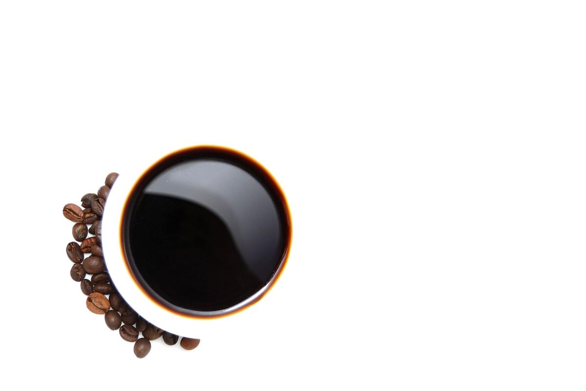 白いカップに入ったコーヒー