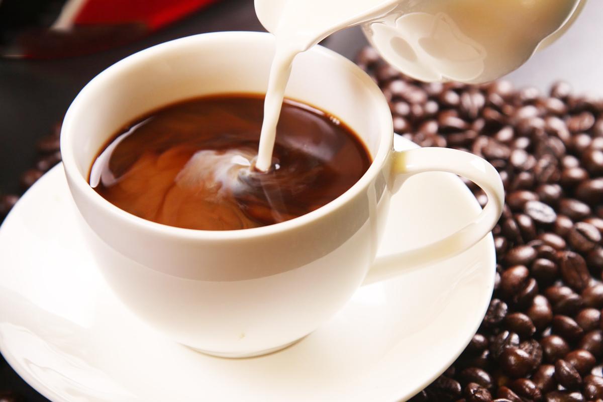 ミルクが注がれているコーヒー