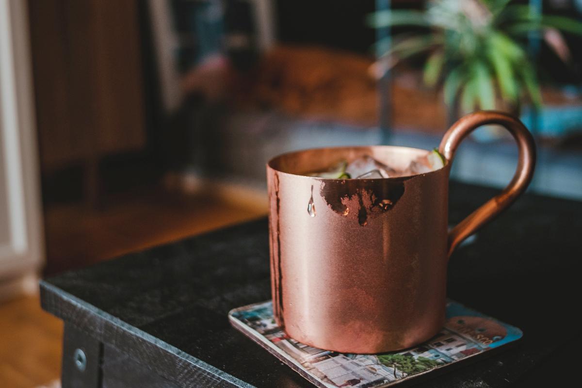 コーヒーが入った銅のカップ