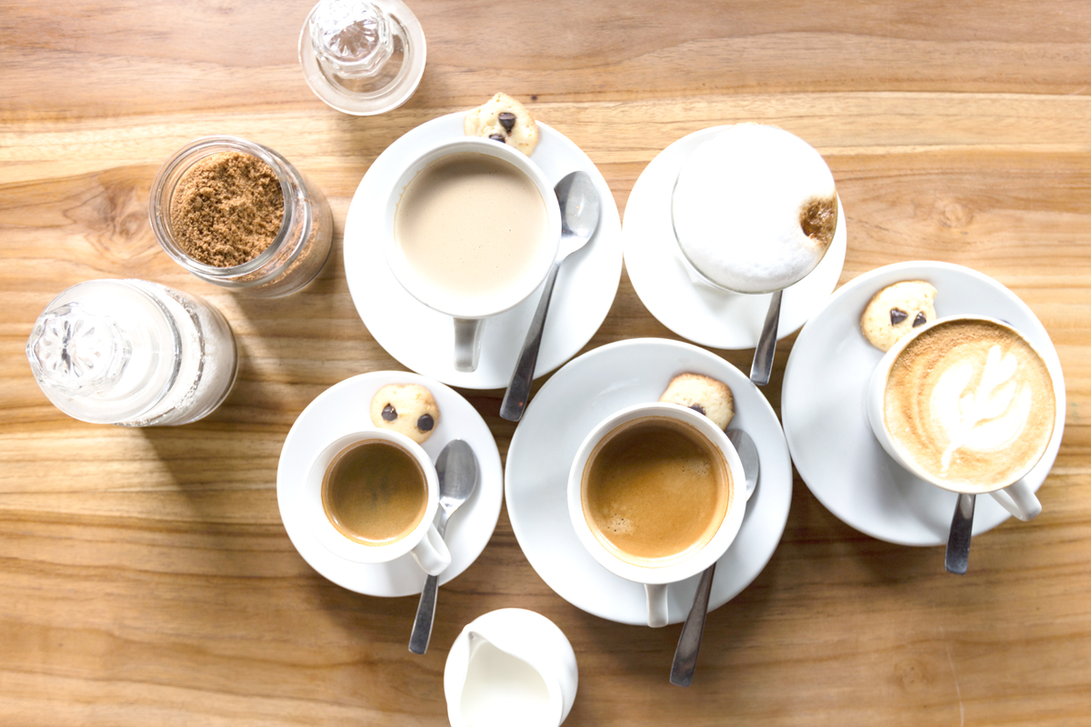 コーヒーが入った5つのコーヒーカップ